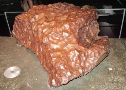 Železov meteorit iz muzeja Musee des Confluences v Lyonu