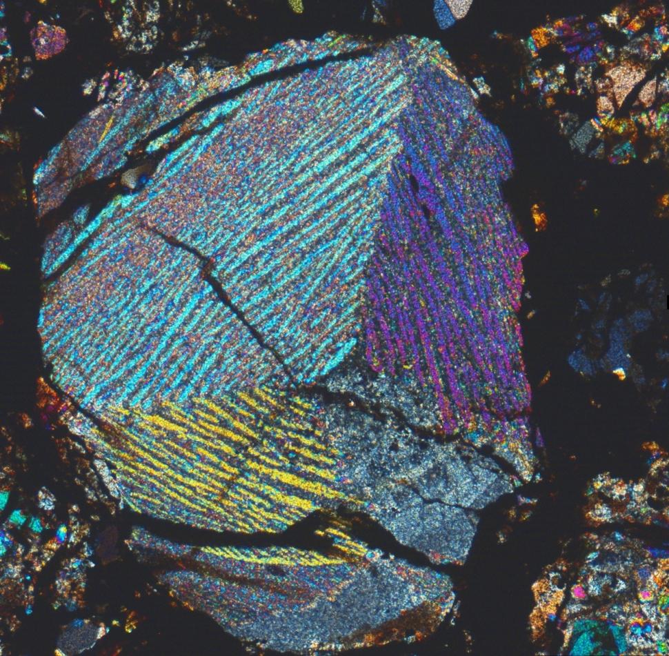 Polisomatska lamelarna olivinova hondrul - hondrula, kjer lamele olivina potekajo v več raličnih smeri - kopija (1280 x 1256)
