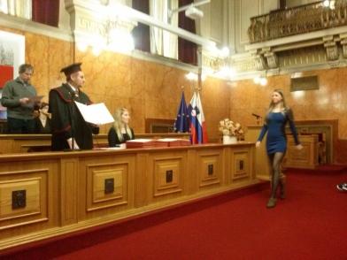 Prof. Medved izroča diplome
