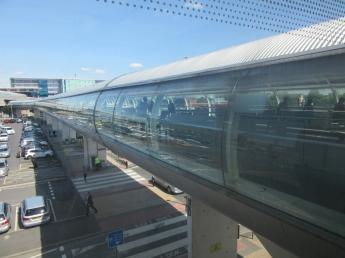 Most, ki povezuje letališki terminal s železniško postajo