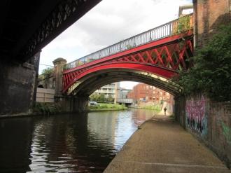 Poti ob kanalih so spremjene v rekreacijske površine; tekačev je tu precej