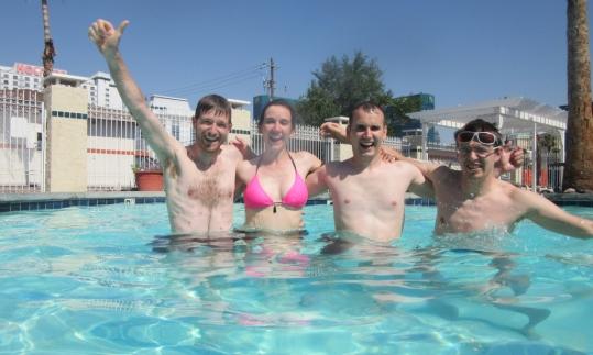 Hlajanje v hotelskem bazenu