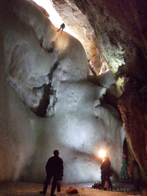 Dno spodnje dvorane je 105 m pod površjem