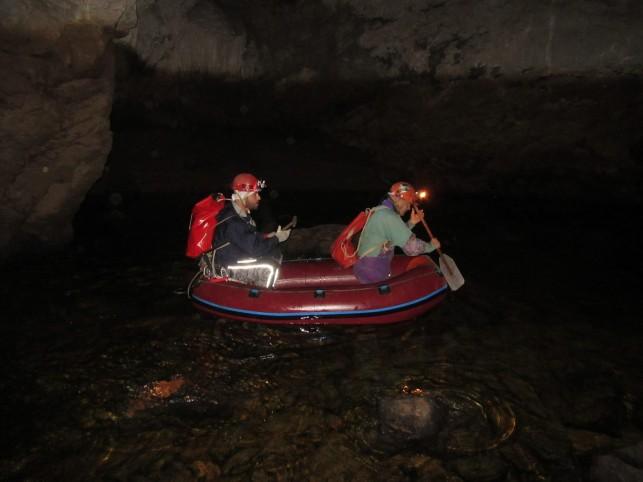S čolnom v jamo