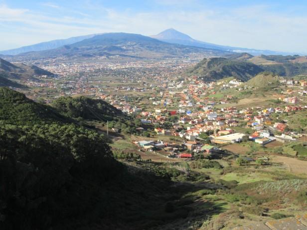 Pogled na mesto La Laguna in vulkan Teide
