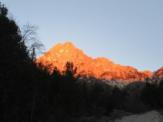 Kukova špica v jutranji zarji (slikano iz mesta izhodišča - pakrišča)