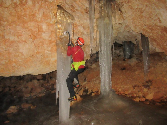 Ledeni kapniki v spodnji dvorani Ivačičeve jame