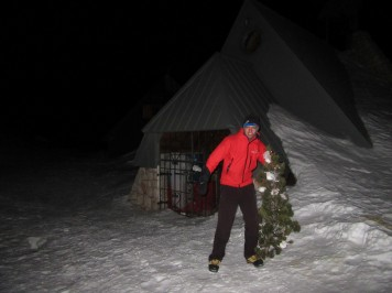 Novoletna jelka ob kapelici Marije Snežne na Kredarici