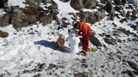Delanje snežaka med čakanjem na jutri
