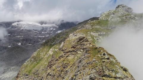 Pogled proti Hochalsmpitze (v megli) in ledeniku Trippkees
