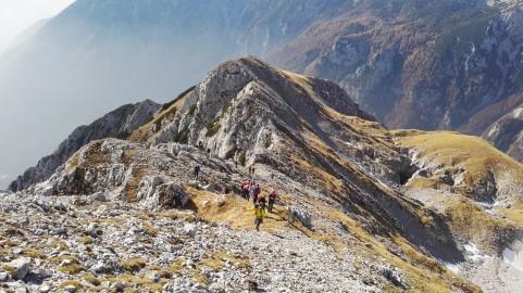 Zadnji del vzpon na proti vrh ubrane poteka po položnem grebenu