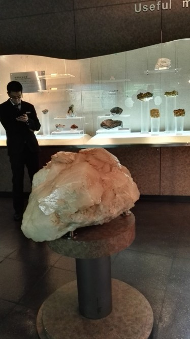 Ogromen kristal kalcita v muzeju