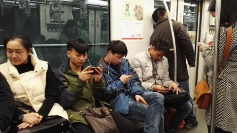 Vsi na telefonih ves čas