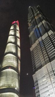 Shganhai Tower in Jin Mao Tower ponoči