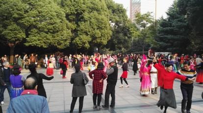 Kitajci plešejo na trgu People`s sqaure