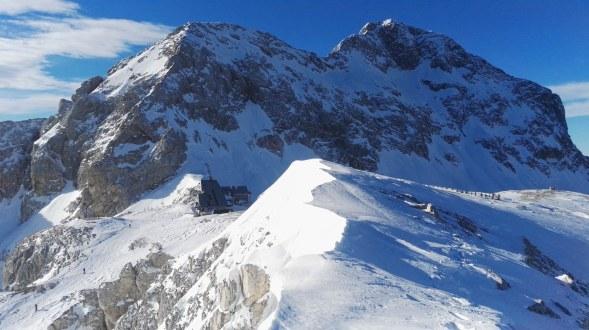 Triglavski dom in Triglav z vrha Kredarice