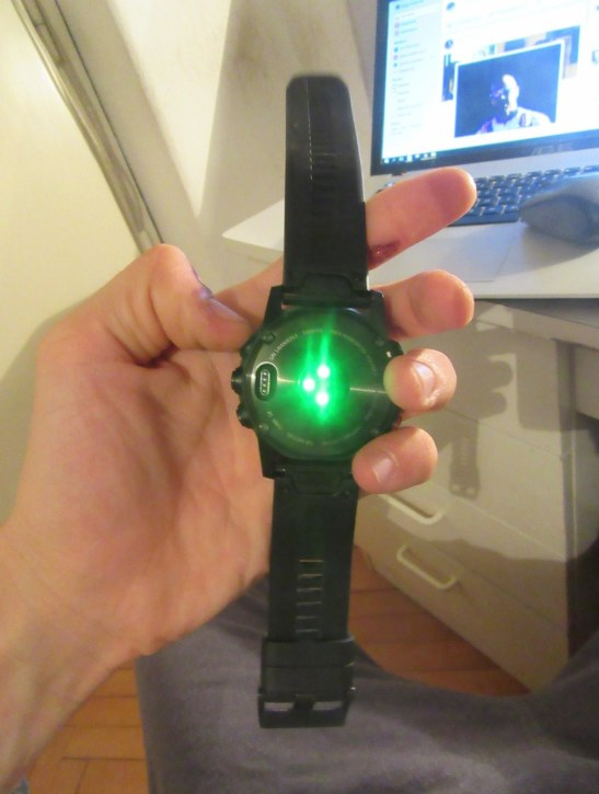 Optični merilec srčnega utripa se nahaja na spodnji strani ure