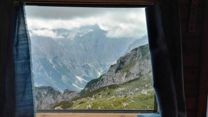 Pogled skozi okno Bivaka II
