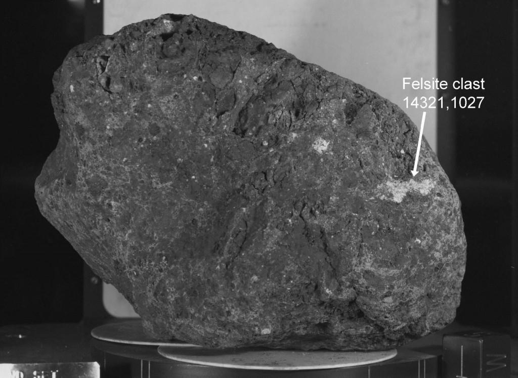 Lunarna breča 14321 z vključkom Zemeljskega meteorita (foto: NASA)